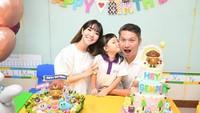 <p>Gading, Gisella, dan Gempi, kompak foto bertiga di momen ulang tahun putri semata wayang mereka. (Foto: Instagram)</p>