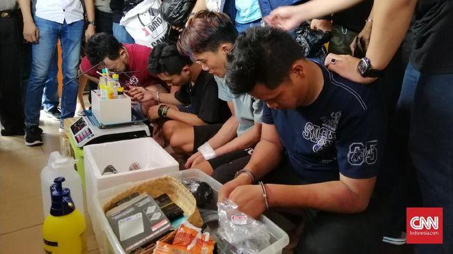 Kasus ganja sintetis atau gorila di Surabaya terungkap saat polisi menelusuri akun Line yang merupakan reseller narkoba.