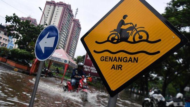 Hujan yang mengguyur sejumlah kawasan di Jakarta bukan saja mengakibatkan genangan air, melainkan juga menyisakan lumpur.
