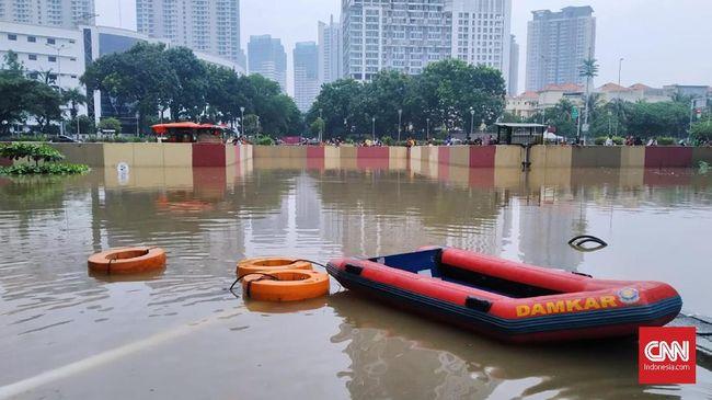 Underpass Gandhi Kemayoran kembali mengalami banjir seperti pekan lalu. Ketinggian air kini 5-6 meter dan tidak bisa dilalui kendaraan bermotor.