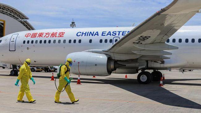 Pesawat yang menjemput warga negara China di Bali tiba pada Sabtu siang. Di tengah wabah virus corona, kru tidak diperkenankan turun dari pesawat.