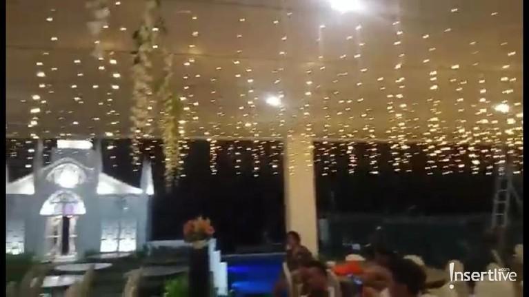 Lampu-lampu memanjang di dekorasi untuk menghiasi bagian atas dengan kolam renang di bagian sisi kanan.