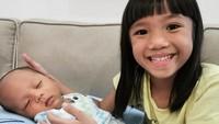 Anak pertama Ayu Dewi, Aqilah Dewi Humairah, katanya sayang banget nih sama Aqli. (Foto: Instagram @mrsayudewi)