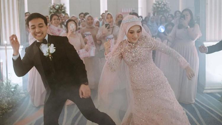 Sepasang pengantin viral karena dance dengan lagu BTS di resepsi mereka. Mereka adalah Bianca dan Fatan. Ternyata, seperti ini latihan Bianca dan suaminya.