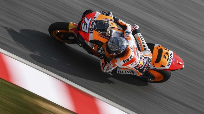Repsol Honda Team's Spanish rider Alex Marquez takes a corner during the last day of the pre-season MotoGP winter test at the Sepang International Circuit in Sepang on February 9, 2020. (Photo by MOHD RASFAN / AFP)