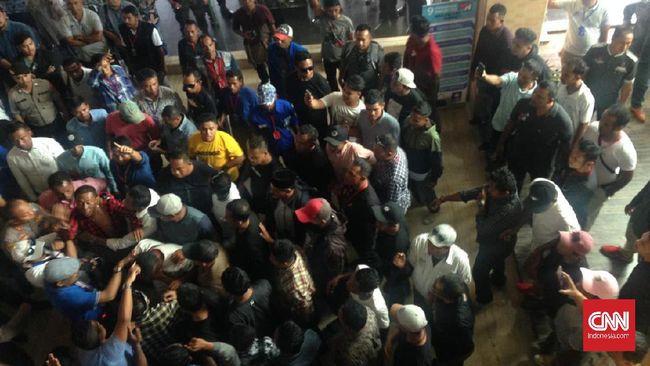 Pantauan CNNIndonesia.com di Kendari, Sulawesi Tenggara, sejumlah orang memaksa masuk ke ruang Kongres PAN ke-V meski masa registrasi sudah ditutup.