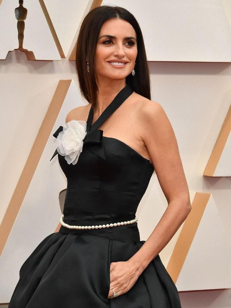 Tujuh selebriti dengan kostum terbaik di ajang penghargaan Oscar 2020 yang berlangsung di Dolby Theater, California, pada Minggu (9/2).