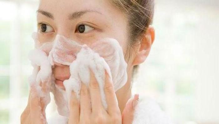 Biar Kulit Enggak Makin Mengelupas, Inilah Rekomendasi Facial Wash untuk Si Pemilik Kulit Kering