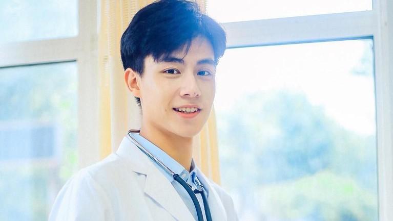 Hu Yi Tianaktor yang bermain di dramaA Love So Beautifulini memiliki wajah bengis namun senyumannya bikin melelehkan hati.
