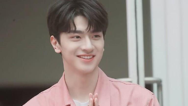 Lin Yiwajahnya yang antagonis ini sangat manis ketika tengah tersenyum lebar.