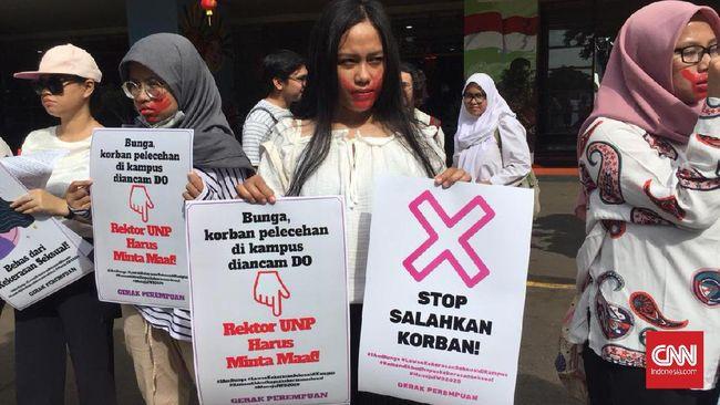 Aliansi gerakan perempuan menggelar aksi diam di Kemendikbud dengan tujuan melawan kekerasan seksual di area kampus.