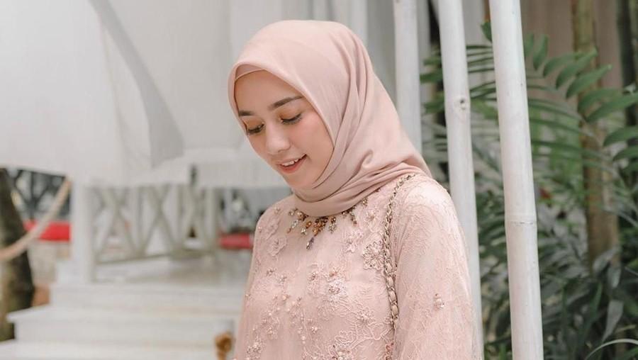 Inspirasi Model Kebaya Brokat Muslim, Mana Favorit Bunda?