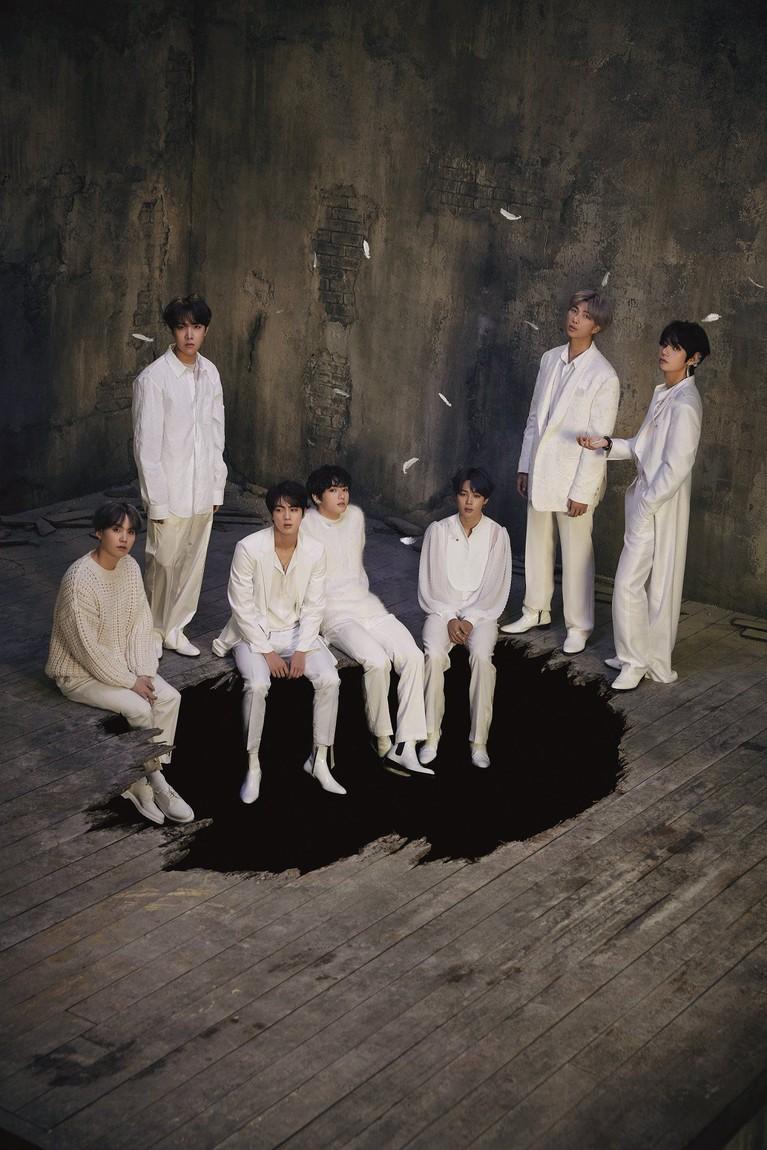 BTS kembali mengunggah foto-foto teaser untuk album mereka, MAP OF THE SOUL: 7. Mereka tampil dari angsa putih menjadi angsa hitam yang misterius.