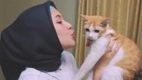 <p>Selain itu, Una&nbsp;juga ternyata pecinta kucing (Foto: Instagram @unamaulina)</p>