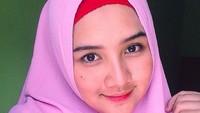<p>Cantiknya Una dalam balutan hijab ungu. (Foto: Instagram @unamaulina)</p>