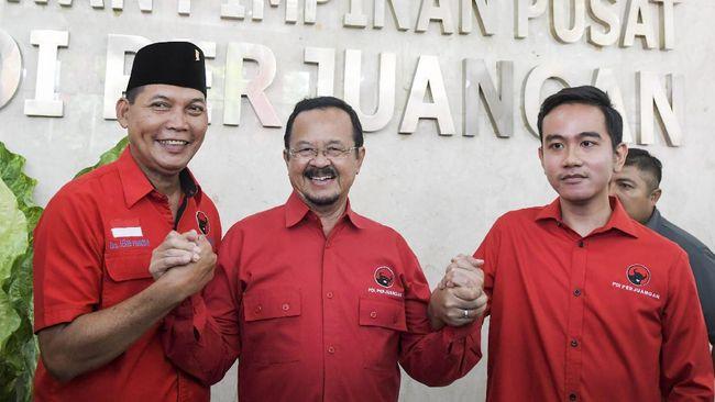 Bakal calon Wali Kota Solo Gibran Rakabuming Raka (kanan) berjabat tangan dengan pasangan bakal calon Wali Kota Solo Achmad Purnomo (tengah) dan Teguh Prakosa (kiri) usai menjalani uji kelayakan dan kepatutan penjaringan calon Wali Kota Solo di Kantor DPP PDI Perjuangan, Menteng, Jakarta, Senin (10/2/2020). Dewan Pimpinan Pusat PDI Perjuangan menggelar uji kelayakan dan kepatutan terhadap Gibran Rakabuming Raka dan pasangan Achmad Purnomo-Teguh Prakosa sebagai bakal calon Wali Kota Solo pada Pilkada Solo tahun 2020. ANTARA FOTO/Galih Pradipta/wsj. *** Local Caption *** Achmad Purnomo-