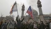 Sebuah pabrik di Iran menuai keuntungan dengan membuat replika bendera AS dan Israel untuk dibakar.
