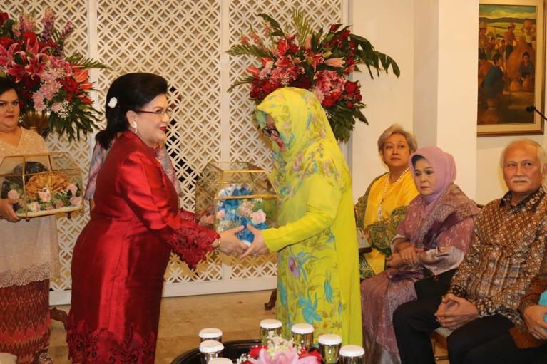 Raiyah Caesaria juga merupakan cucu dari Mantan Gubernur Sulawesi Selatan periode 1960-1966 silam, Mayjen A.A Rifai.
