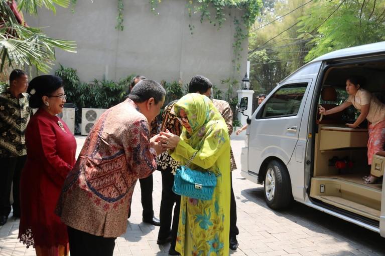 Mantan suami Lulu Tobing ini telah menemukan tambahan hatinya dan melamar sang pujaan hati, Raiyah Chitra Caesaria pada 14 September 2019 lalu.