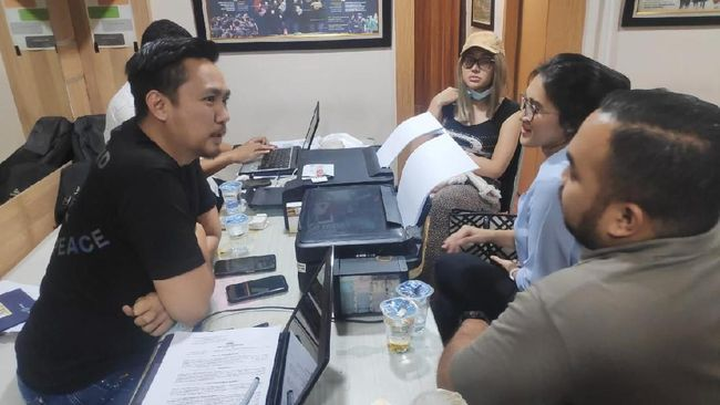 Pengacara Lucinta Luna, Kevin Situmeang mengatakan kliennya kooperatif saat ditangkap aparat kepolisian di Apartemen Thamrin City, Selasa (11/2) dini hari.