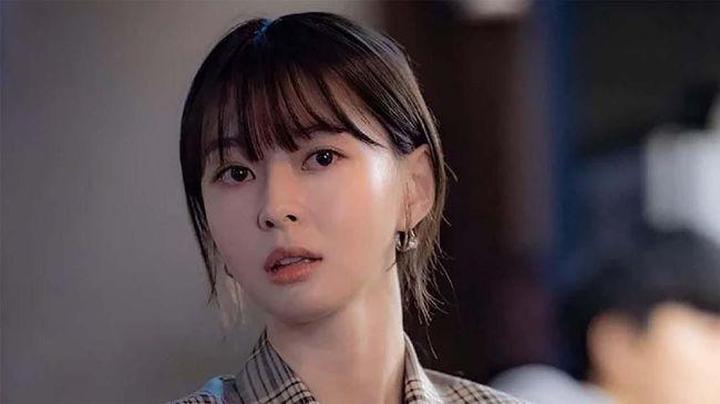 Kwon Nara, bintang Itaewon Class muncul dengan wajah segar dan make up minimalis. Yuk tiru gaya make-upnya.