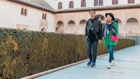Raffi Ahmad dan Nagita Slavina menyusuri salah satu taman di kompleks istana Alhambra. Indah ya Bun. (Foto: Instagram @raffinagita1717)