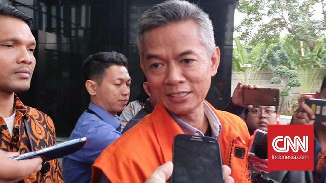 Wahyu Setiawan disebut mengembalikan 15 ribu dolar Singapura atau senilai Rp150 juta ke KPK terkait dugaan suap pergantian antarwaktu (PAR) anggota DPR.