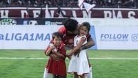 <p>Sejak kecil, Kiyomi dan Kenji sudah diajak ke lapangan sepakbola untuk memberi semangat ayahnya yang bertanding. (Foto: Instagram @ibachdim)</p>
