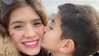 <p>Abang Quenzino sayang sekali sama Mama Carissa. Ciuman penuh ketulusan untuk sang mama. (Foto: Instagram @carissa_puteri)</p>