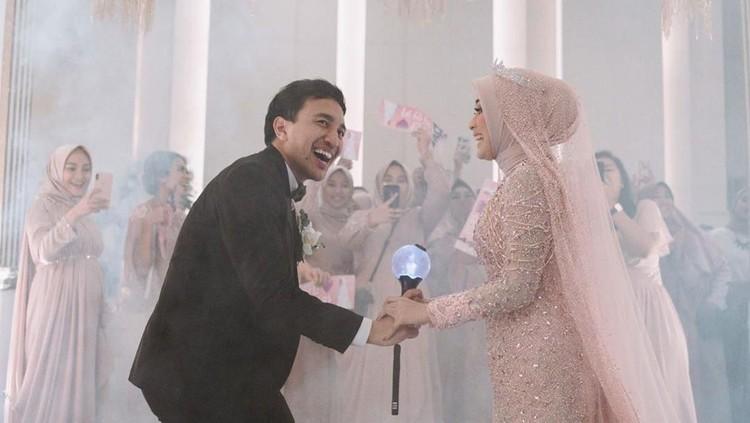 Video pernikahan Bianca viral di medsos. Ia dan suaminya dance dengan lagu BTS di hari pernikahan mereka. Bagaimana cara ia meyakinkan suaminya untuk dance BTS?