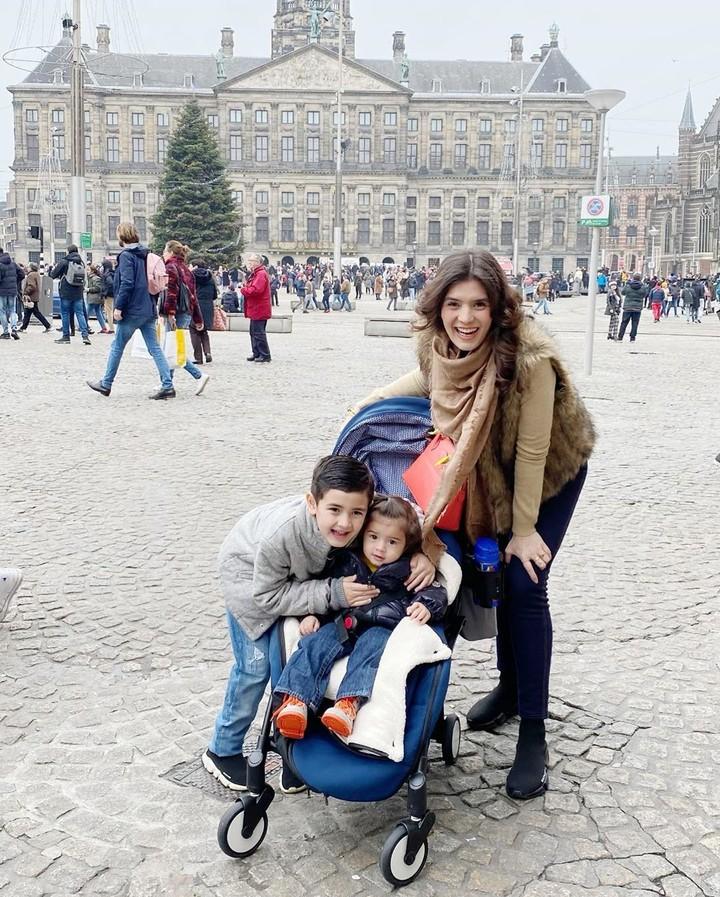 Carissa Putri sering mengajak kedua anaknya traveling. Saat liburan ke luar negeri, Carissa tetap mengutamakan untuk menyusui anaknya lho, Bun.