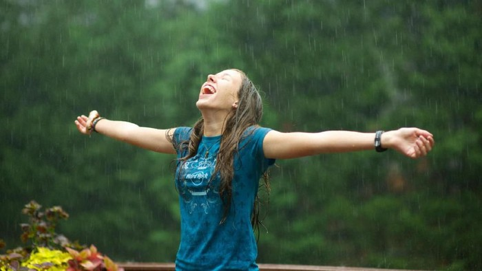 5 Rekomendasi Foundation Anti Luntur yang Cocok untuk Musim Hujan