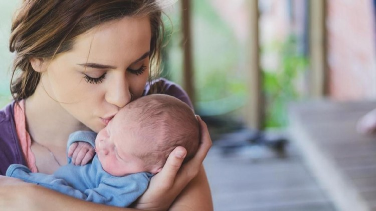 Bayi baru lahir tentu bergantung sepenuhnya pada orang tua, terutama Bunda. Perbedaan lingkungan bayi di dalam dan luar rahim perlu Bunda pahami.