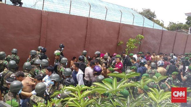 Sebanyak 20 narapidana ditetapkan tersangka kerusuhan Rutan Kabanjahe, Sumatera Utara. Mereka kini diperiksa di Polres Tanah Karo.