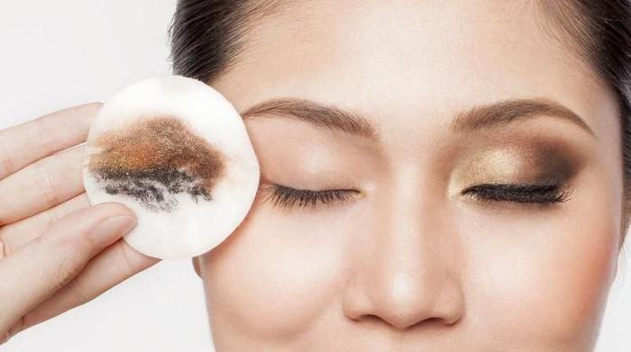 Tips Bersihkan Makeup Mata dengan Mudah Tanpa Iritasi
