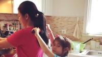 <p>Momen saat sang putri membantu memijat Siti 'KDI' yang saat itu tengah masak untuk menu buka puasa. <em>So sweet</em> ya. (Foto: Instagram @siti_perk)</p>