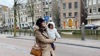 <p>Bersama si kecil Zenecka yang sama-sama modis dan cantik. Suka ya, Bun, lihat gaya ibu dan anak satu ini. (Foto: Instagram @carissa_puteri)</p>