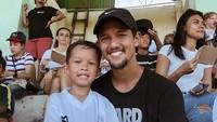 <p>Enggak ketinggalan,bintang Timnas Indonesia ini juga menemani putranya, Kenji saat ikut pertandingan sepakbola pertama kali, Bun. (Foto: Instagram @kenjizizoubachdim)</p>
