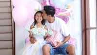<p>Si sulung Kiyomi tampil cantik di hari ulang tahunnya ke 7 tahun lalu. Tak ketinggalan Irfan memberi kecup sayang ke Kiyomi. (Foto: Instagram @ibachdim)</p>