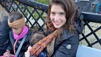 <p>Menikmati keindahan kota Brussel, Belgia tak membuat Carissa lupa akan tugasnya untuk menyusui Zenecka. Carissa tetap percaya diri menyusui anak keduanya yang masih berusia 15 bulan di tempat umum. Kuncinya, memakai baju ramah menyusui, sehingga tidak menggaganggu. (Foto: Instagram @carissa_puteri)</p>