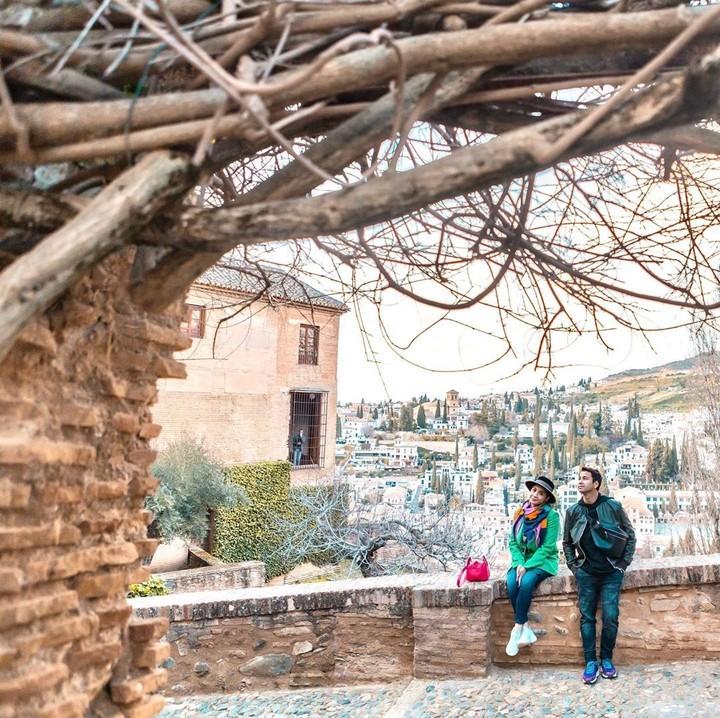 Di Granada, Raffi Ahmad dan Nagita Slavina mengunjungi kompleks istana sekaligus benteng megah, Alhambra. (Foto: Instagram @raffinagita1717)