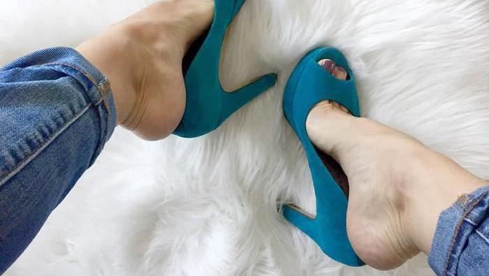 Sepatu Kamu Sempit? Coba Besarkan Ukuran Sepatumu dengan Fashion Hack Ini!