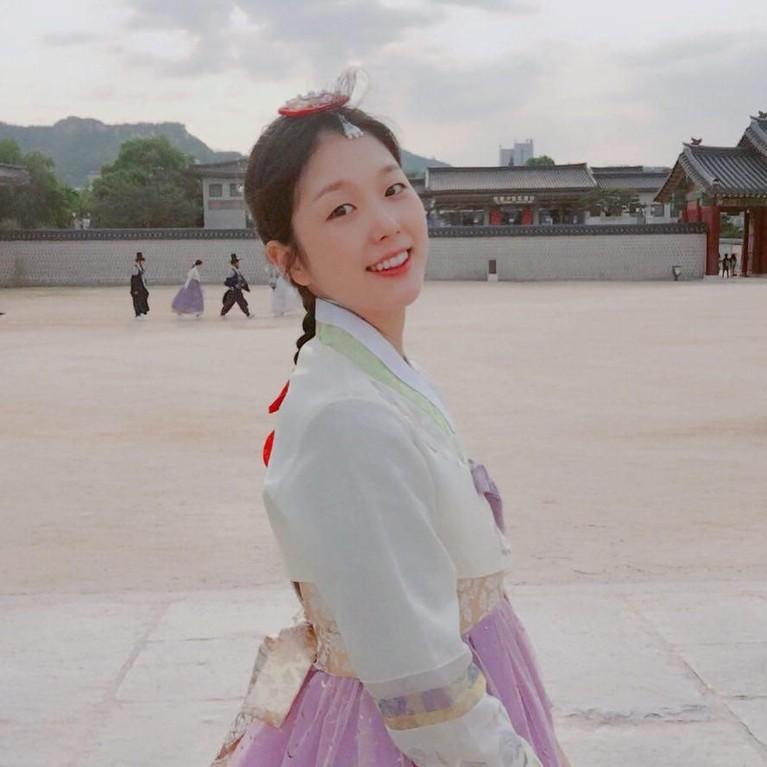 Soo Jung juga tampak cantik mengenakan Hanbok, salah satu pakaian resmi adat Korea Selatan lengkap dengan hiasan kepalanya.
