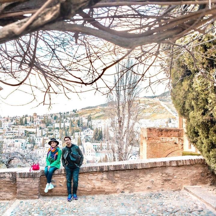 Seperti diketahui Alhambra pernah digunakan sebagai lokasi syuting drama Korea <em>Memories of the Alhambra</em>. Raffi dan Nagita pun menggunakan kesempatan itu untuk foto ala-ala <em>Memories of the Alhambra.</em> (Foto: Instagram @raffinagita1717)