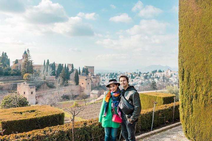 Raffi Ahmad dan Nagita Slavina saat ini tengah liburan di Spanyol. Mereka pun berfoto ala-ala drama Korea Memories Of The Alhambra.