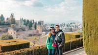 Raffi Ahmad dan Nagita Slavina melanjutkan liburan mereka di Eropa. Kali ini mereka berlibur di Spanyol. Salah satu kota yang mereka singgahi adalah Granada. Foto: Instagram @raffinagita1717
