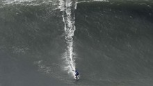Surfer Wanita Sabet Rekor Selancar di Ombak Tertinggi Dunia