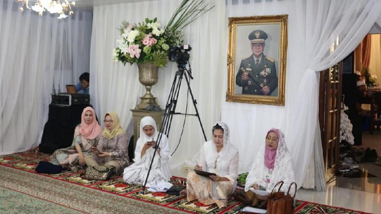 Tampak foto almarhumJenderal Besar TNI H. M. Soeharto,terpajang besar di ruangan pengajian tersebut.