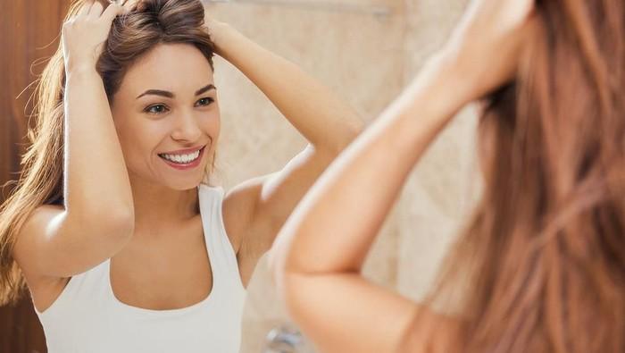 Selain Pakai Shampoo Anti Ketombe, Ada Gak Ya Cara Lain Menghilangkan Ketombe??