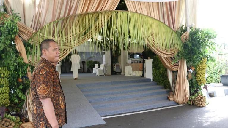 Pintu masuklokasi pengajian juga sudah terpasang Bleketepedari adat Jawa.